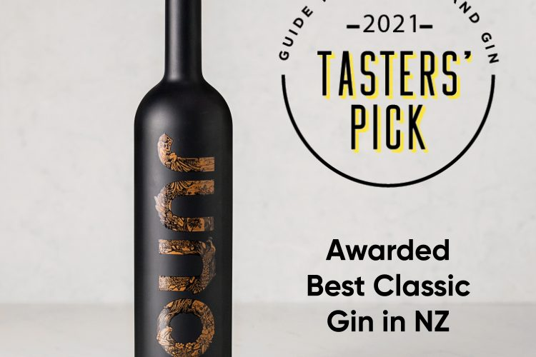 Juno Extra Fine Gin 700ml with Tasters' Pick 2021 Award Badge on light grey background.